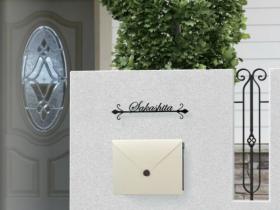 封筒モチーフの遊び心のあるデザインポスト
